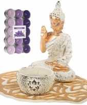 Boeddha beeld voor binnen 15 cm met 30x geurkaarsen lavendel